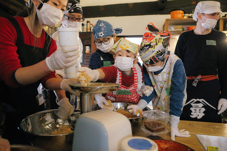 【創業明治35年】老舗の味噌蔵見学と味噌造り体験